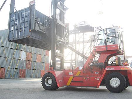 堆高机:香港港口空箱堆高施工现场施工项目