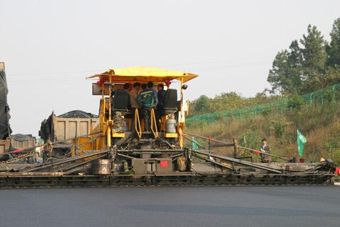 三一摊铺机建设长张高速施工项目
