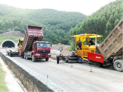 6台三一摊铺机在广贺高速施工项目
