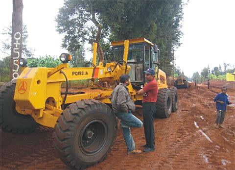 多台PQ190IIA平地机承建肯尼亚Meru道路施工项目