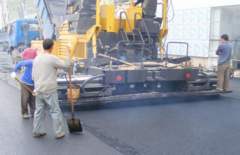 三一摊铺机为武汉天河机场修滑行道施工项目