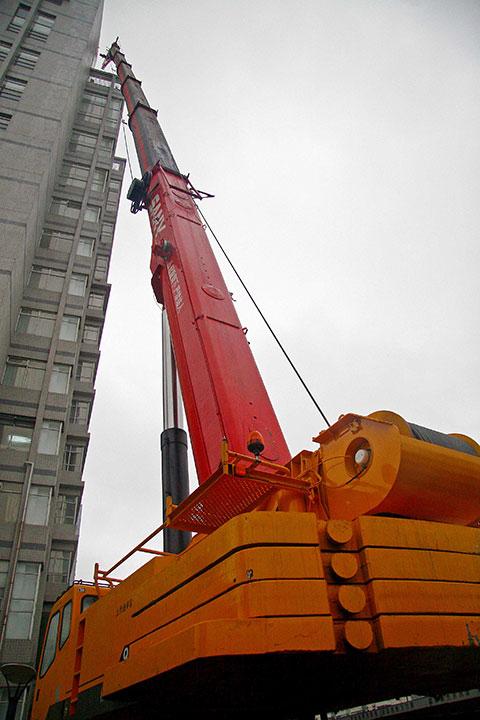 三一220吨起重机参与上海信息大厦SAC2200工程施工项目