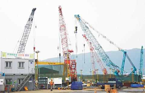 三一履带起重机助力韩国镇海港口STX造船厂吊装施工施工项目