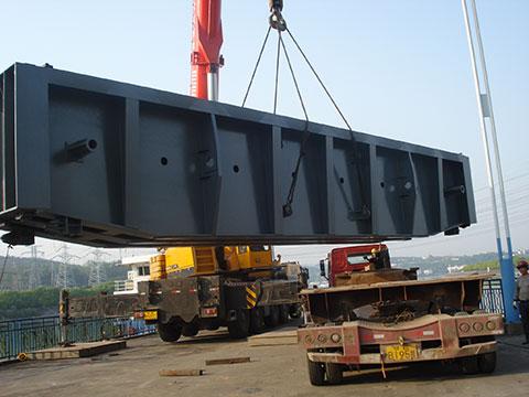 我国*8983台(SAC2200)220吨级全地面起重机(5桥6节臂)参与葛洲坝船闸施工安装施工项目