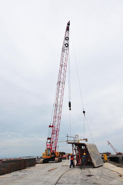 三一(SCC500)型履带起重机参与青岛海湾大桥项目施工项目
