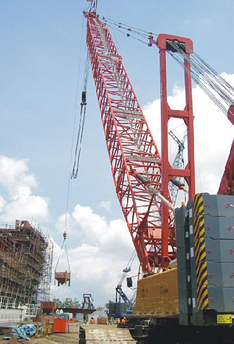 三一SCC2500履带吊协助新加坡DRYDOCKS进行船厂的吊装作业施工项目