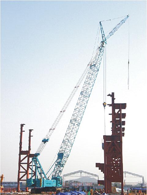 三一SCC1000为韩国现代钢铁新厂房建设吊运钢梁施工项目