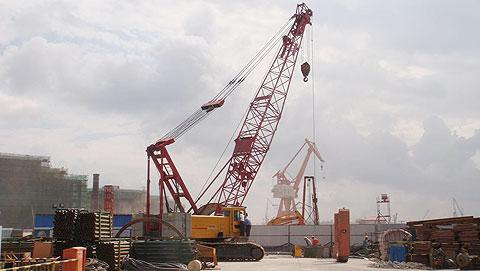 三一(SCC1000)履带起重机参与上海南码头路国家电网电力电缆隧道管道吊装施工项目
