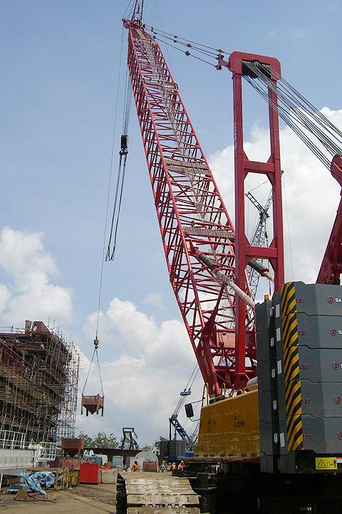 SCC2500履带起重机助力新加坡DRYDOCKS造船厂施工项目