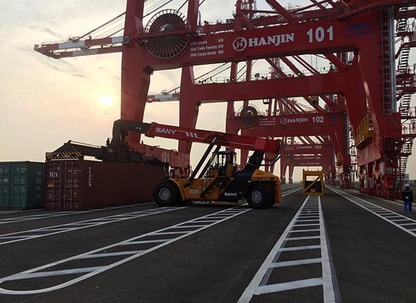 无插件直播45吨正面吊参与韩国仁川新港修建施工项目