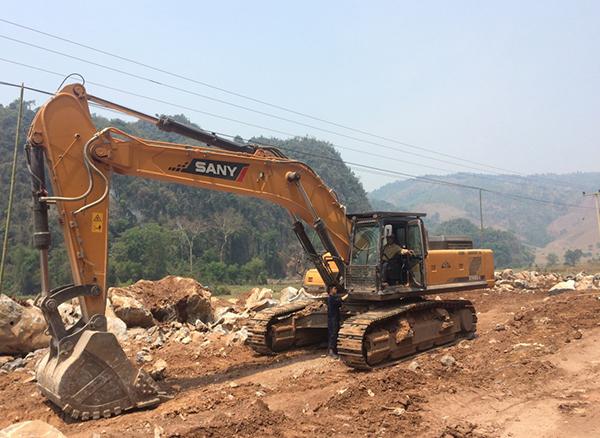 三一30台设备在老挝参与沙耶武里道路建设施工项目