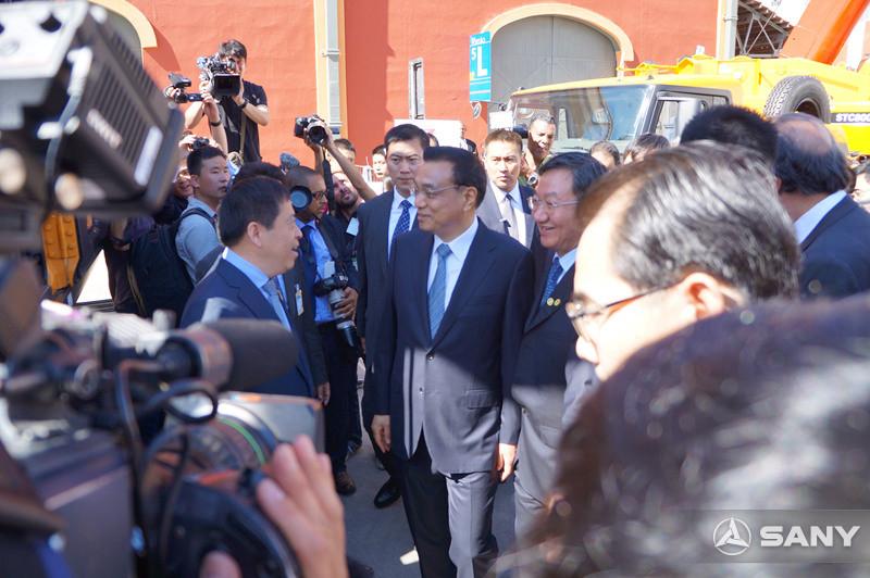 李克强总理来到三一设备旁