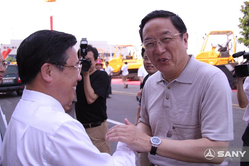 俞正声握住梁稳根董事长的手