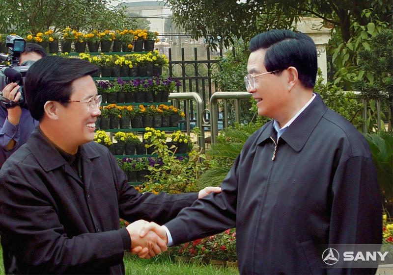 胡锦涛与梁稳根亲切握手