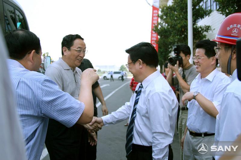 俞正声与三一董事长握手