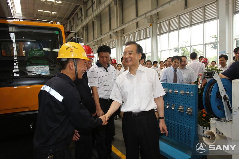 总理与三一员工亲切握手