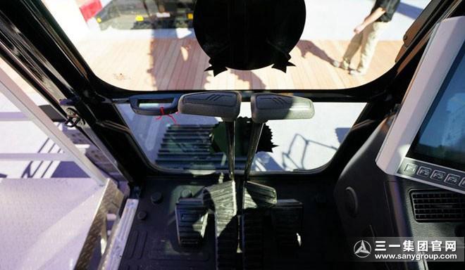 SY265C挖掘机驾驶室内