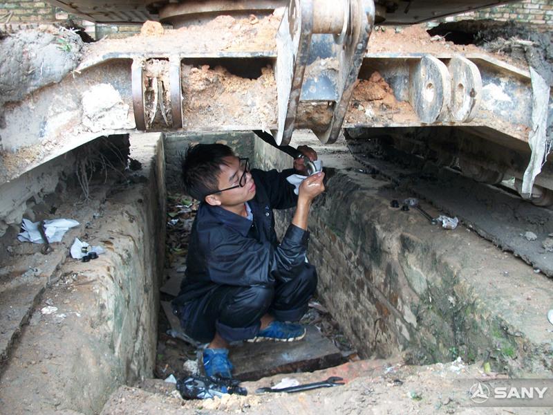 三一服务工程师更换挖掘机关重件