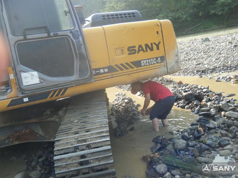 三一服务工程师在水中抢修挖掘机器