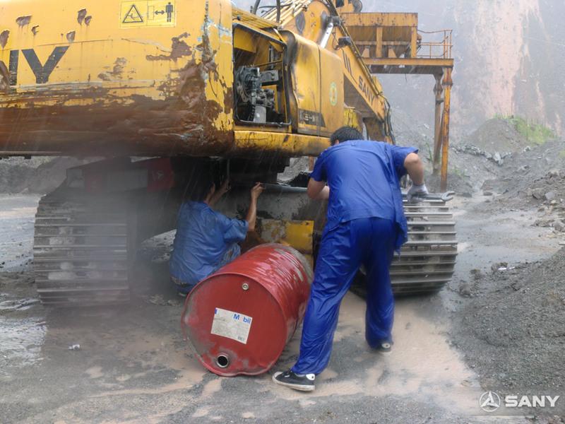 三一服务工程师冒雨更换挖掘机关重件