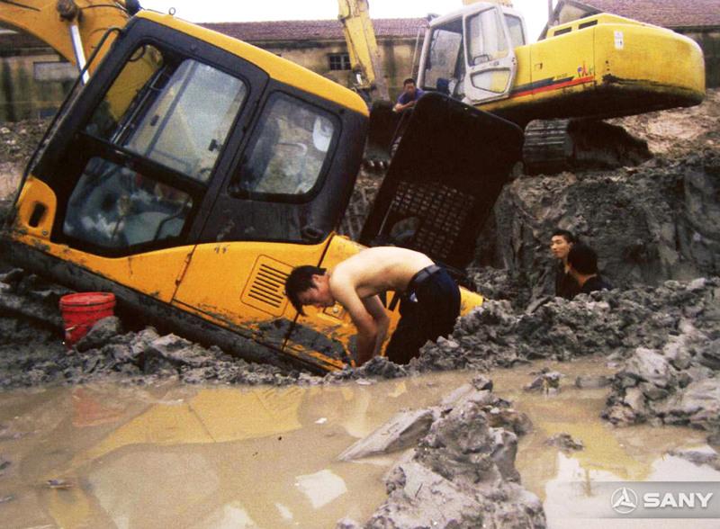 三一服务工程师淤泥中抢修挖机机器