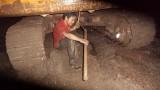 三一服务工程师泥泞地更换挖掘机关重件