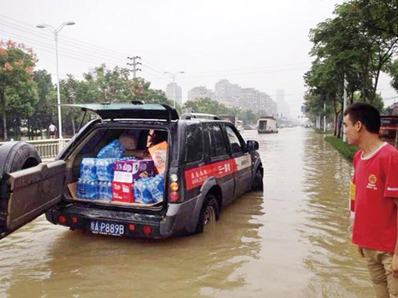 三一服务车正在运送赈灾物资