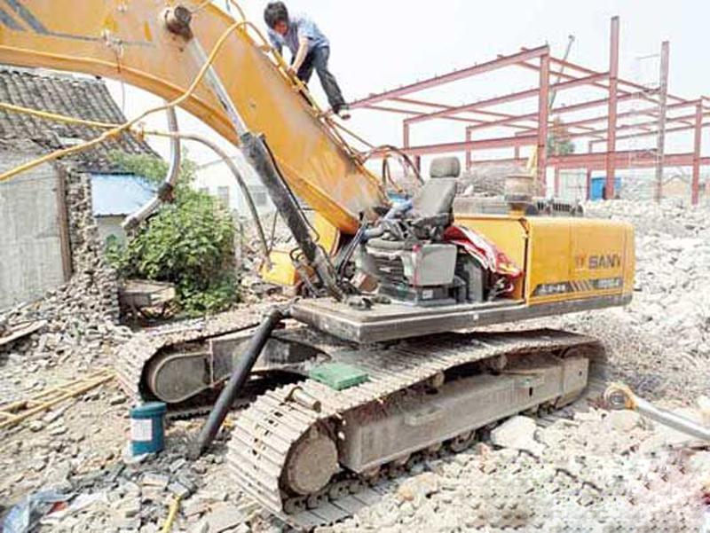 三一服务工程师李海涛正在检修挖机