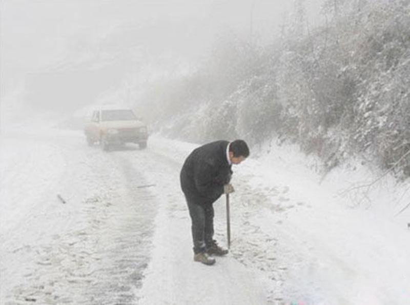 三一服务工程师为服务之旅清理积雪