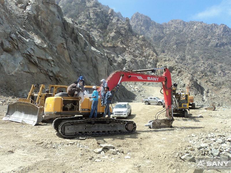 三一挖掘机在沙特碎石修路