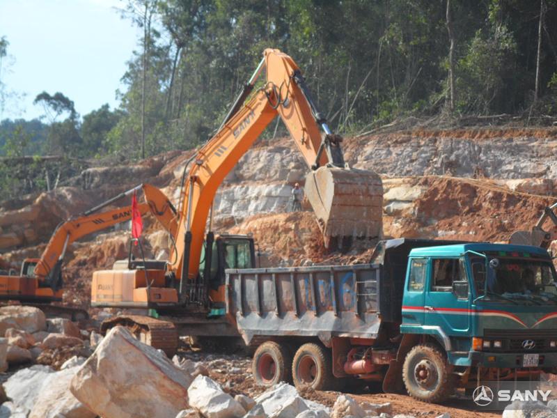 三一挖掘机在柬埔寨施工现场