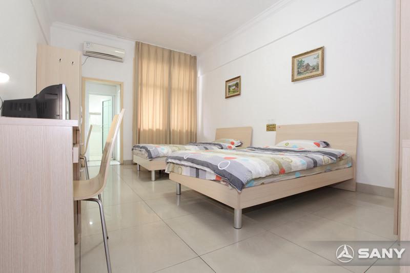 三一小区宽敞明亮的卧室