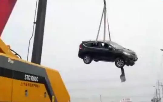 飞上屋顶的SUV如何飞下来?幕后英雄三一起重机为你揭秘