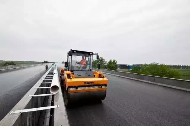 杭瑞高速路面施工,莎娜压路机新品一战成名
