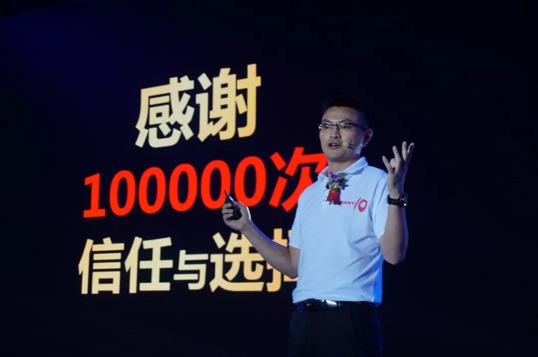 三一重机营销公司总经理程吉军先生为客户介绍三一小挖.jpg