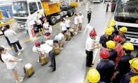夏日送清凉 能量进工厂 4500瓶红牛饮料免费发放到一线员工手中