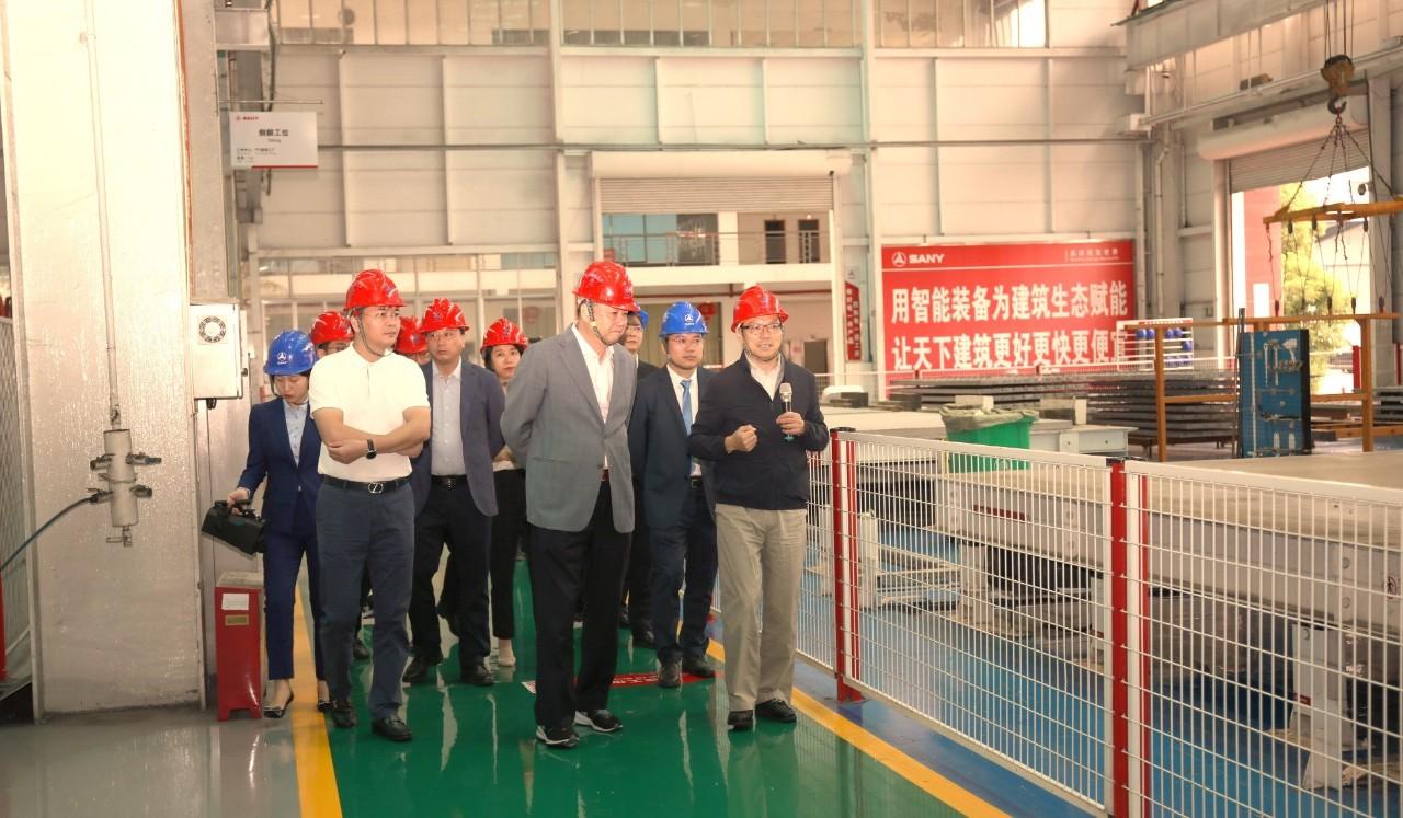 图|唐修国先生(右一)向凌克先生(右三)介绍三一筑工湖南榔梨PC工厂