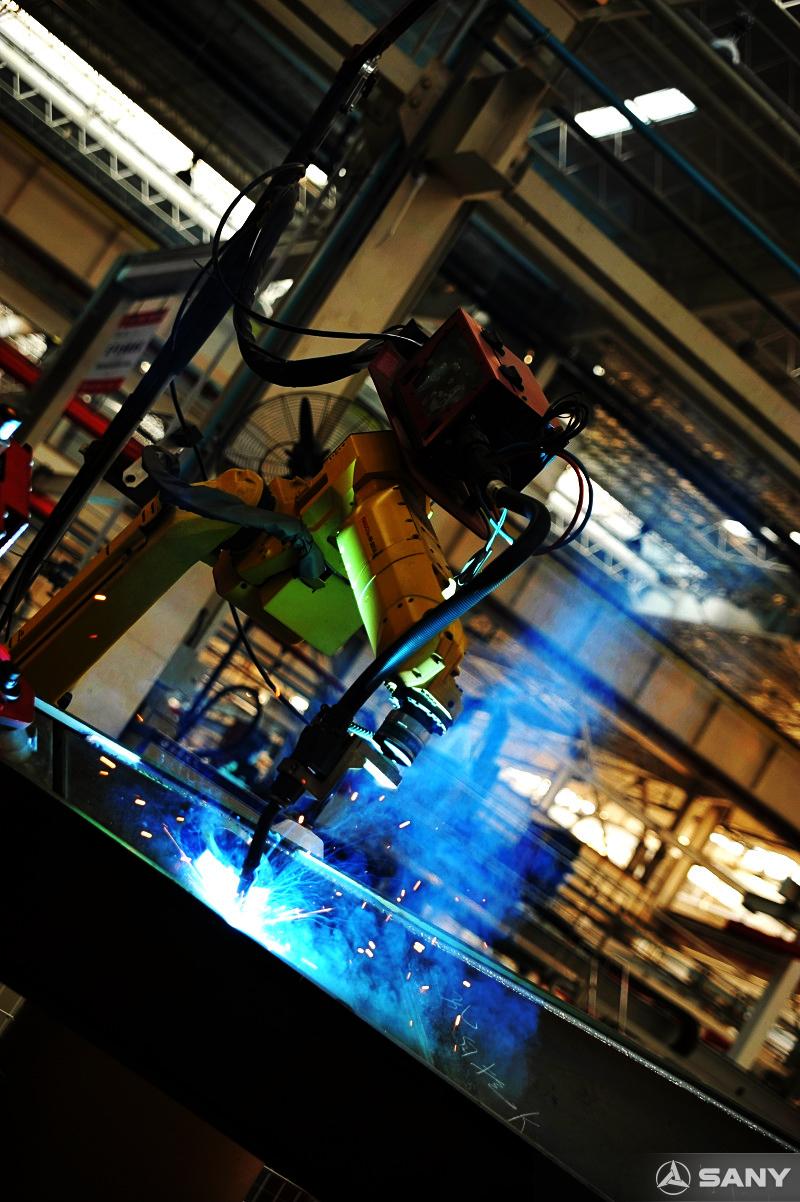 新宝GG挖掘机零部件焊接环节