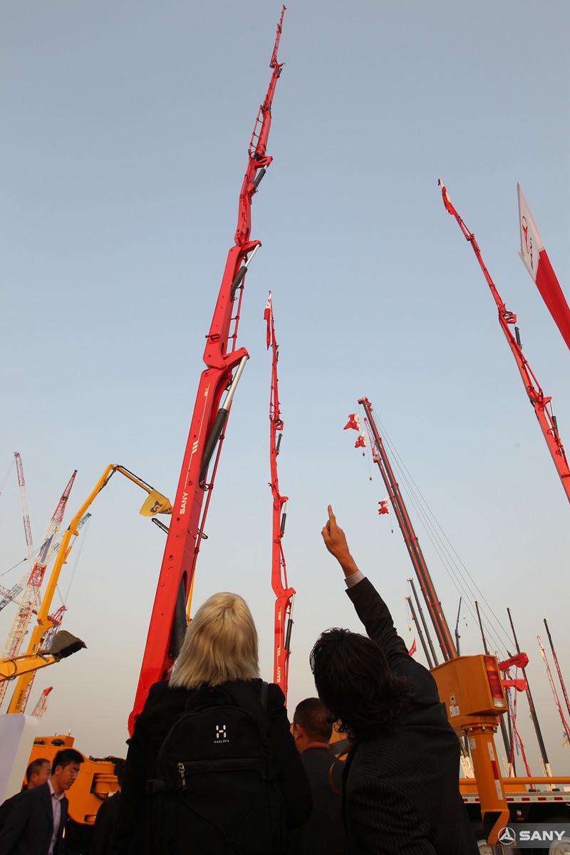 北京国际工程机械展,游客参观三一86米泵车